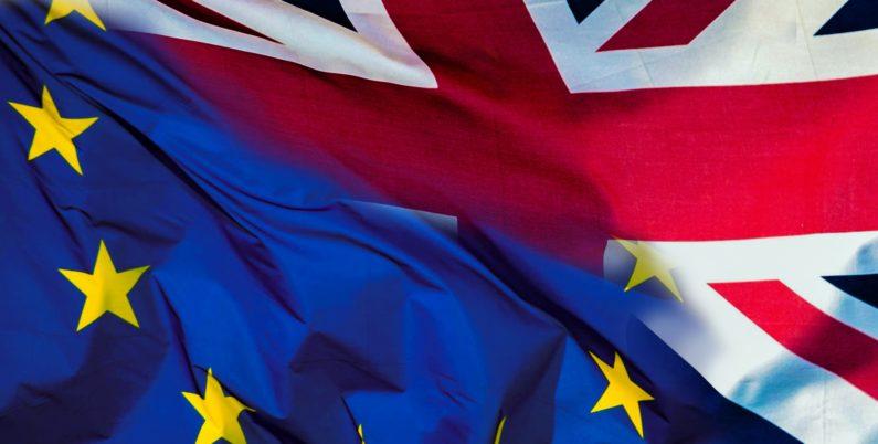 Brexit con bandiere europa e Gran Bretagna. Informazioni riguardo la Dogana